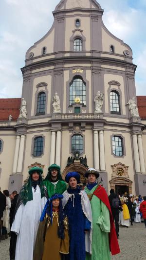Sternsinger aus St. Peter und Paul vor der Basilika in Altötting. Foto: Sonja Würfel