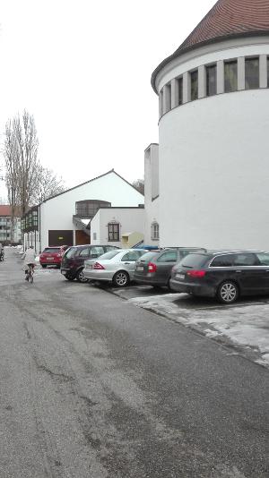 Kirchenweg Landshut mit Zugang zum Pfarrheim